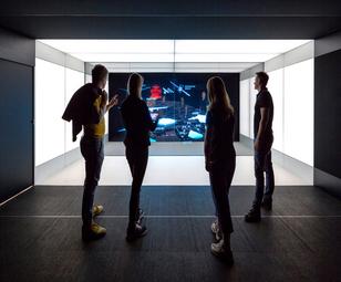 interaktive Holobox und vier daran interessierten Personen